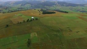 山和房子风景在山的低地 股票视频