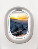 山和日落看法从飞机窗口 免版税库存照片