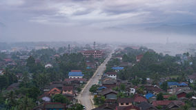 山和村庄有薄雾的 库存照片