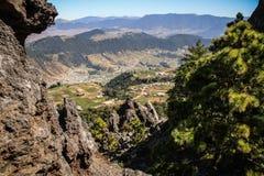 山和村庄的看法在克萨尔特南戈附近从La穆埃拉,克萨尔特南戈, Altiplano,危地马拉 免版税库存照片