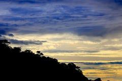 山和森林日出背景的在早晨 免版税图库摄影