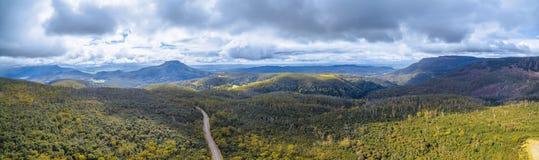 山和森林空中全景在Highland湖罗阿上 免版税库存照片