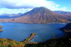 山和池塘在秋天 库存图片