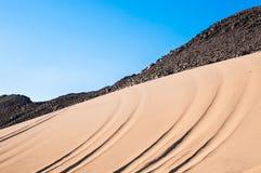 山和沙子在阿拉伯沙漠 免版税库存图片