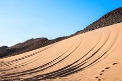 山和沙子在阿拉伯沙漠 图库摄影