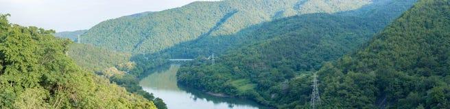 山和河全景  免版税图库摄影