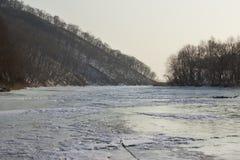 山和河在冬天 免版税图库摄影