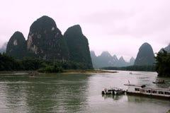 山和河视图 免版税库存图片