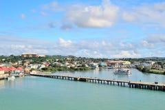 山和海岸的风景风景视图在圣约翰斯,安提瓜岛 免版税库存图片