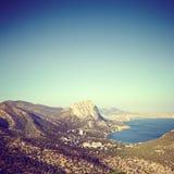 山和海日落的 蓝色克里米亚小山横向赤裸天空 免版税库存图片