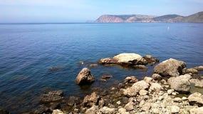 山和海滩夏天风景  免版税库存照片