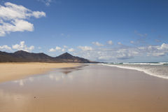 山和海洋 免版税库存照片