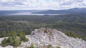 山和湖全景顶视图  夹子 与绿色杉木森林和蓝色湖的美好的山景 股票视频