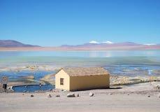 山和湖全景玻利维亚盐水湖和小屋 免版税库存照片