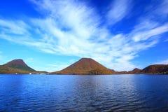 山和湖的秋天颜色 免版税图库摄影