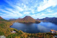 山和湖的秋天颜色 免版税库存图片