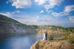 山和湖的背景的新婚佳偶 库存图片