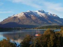 山和湖视图在昆斯敦 免版税库存照片