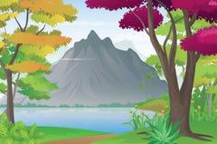 山和湖风景,湖边的自然全景 免版税库存照片