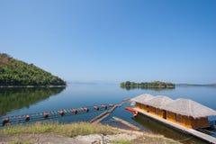 山和湖Srinakarin水坝 免版税图库摄影