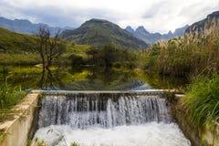 山和瀑布的激动人心的景色在德肯斯伯格, 图库摄影