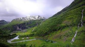 山和瀑布 免版税库存照片