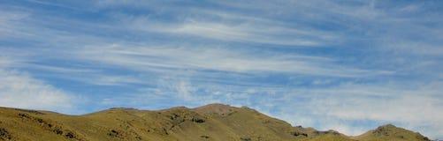 山和白色云彩 免版税库存照片