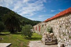山和石头房子有红色屋顶的 免版税库存图片
