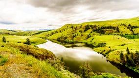 绵延山和草原Nicola谷的在梅里特附近在多云天空下 库存照片
