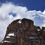 山和蓝天上面与云彩 库存照片