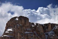 山和蓝天上面与云彩 库存图片