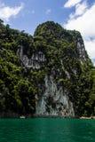 山和蓝色河视图 免版税库存照片