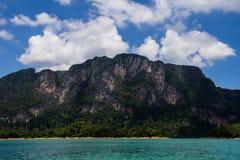 山和蓝色河视图 图库摄影