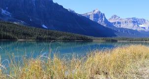 山和银朱的湖在班夫附近在加拿大4K 影视素材