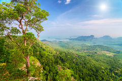 山和阳光在泰国 免版税库存照片