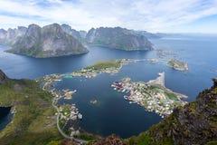 山和雷讷看法在罗弗敦群岛海岛,挪威 美好的日夏天 免版税图库摄影
