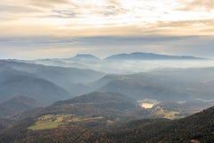 山和雾作梦在他们之间在horizont 免版税库存照片
