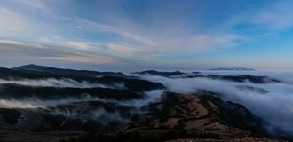 山和雾作梦在他们之间在horizont 免版税库存图片