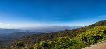 山和雾在土井Angkhang, Chiangmai Thail的早晨 库存照片