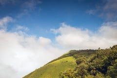山和雾在土井inthanon在Chiangmai省,泰国 免版税图库摄影