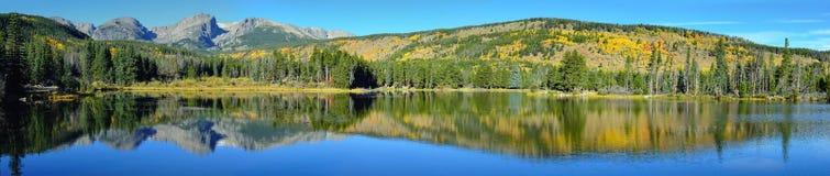 山和高山湖的全景有反射的在秋天 库存图片