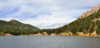 山和高山湖的全景 免版税库存照片