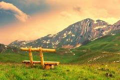 山和黑山的绿色风景 库存照片