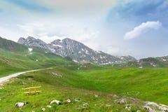 山和黑山的绿色风景 免版税库存图片