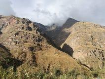 山和黑暗的天空 免版税库存照片