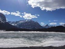 山和冻湖 免版税库存图片