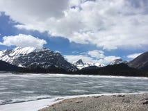 山和冻湖 免版税库存照片