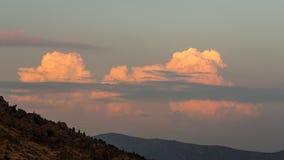 山和绯红色云彩 免版税库存照片