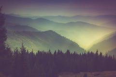山和阴霾层数在谷 免版税库存照片