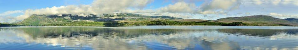 山和McDonald湖的全景在冰川国家公园 免版税库存图片